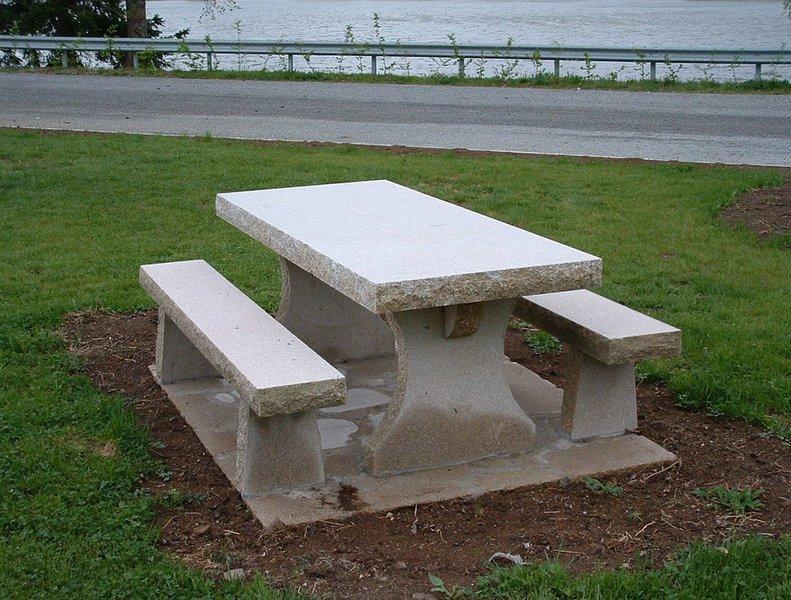 Bancs et tables en granit en creuse goumy tailleur de pierre for Table exterieur granit