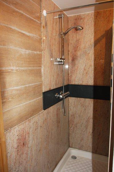 Salle de bain granit, parois de douche granit, dessus lave main ...